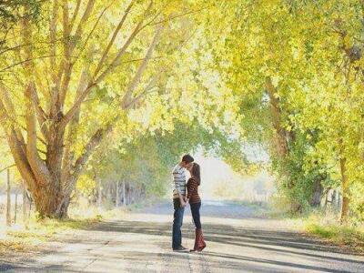 QQ爱情图片说说:一年四季会有很多意外,但最迷人的还是遇见了你